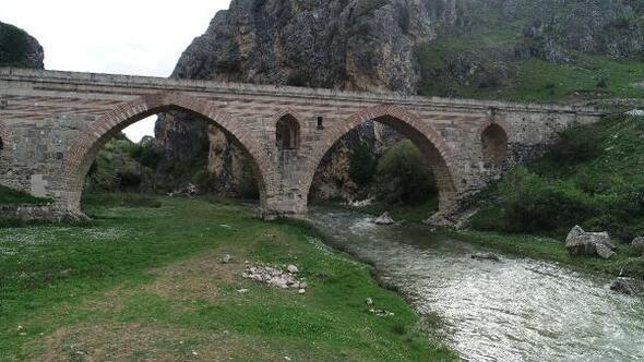 7 asırlık mescitli Kurt Köprünün turizme kazandırılması isteniyor