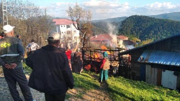 Safranboluda 2 katlı ev yandı, ev sahibi dumandan etkilendi