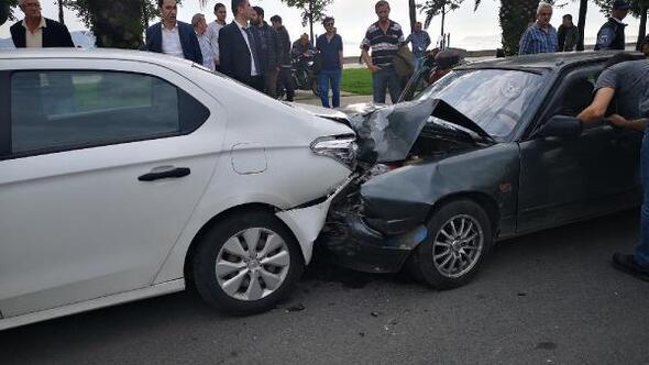 Kartalda çarparak kazaya neden olan sürücü kaçtı 3 yaralı