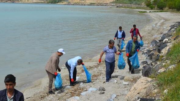 Adilcevaz'da Van Gölü sahili temizlendi