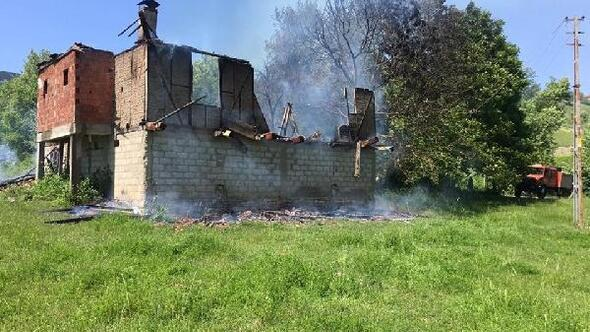 Karabük'te 2 katlı ev alevlere teslim oldu