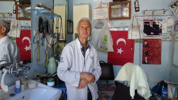 81 yaşındaki berber halen işinin başında