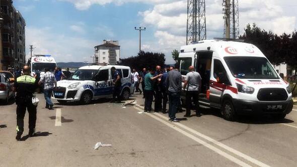 Kavşakta otomobil ekip otosuna çarptı: 1i polis, 2 yaralı