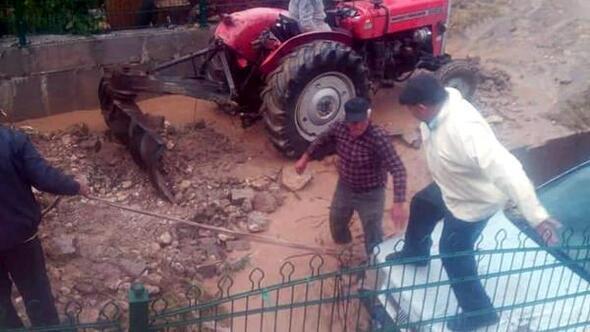 Sel, park halindeki otomobili sürükledi
