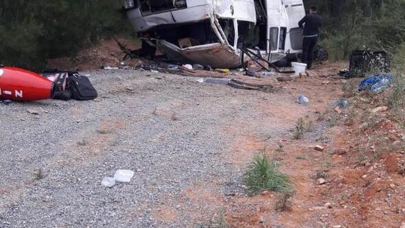 Düğüne giden müzisyenleri taşıyan minibüs takla attı: 5 yaralı