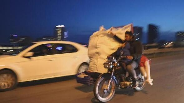 Kartalda motosiklet üzerinde tehlikeli yolculuk