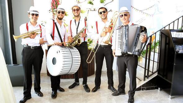 Yeni şubeye Balkan bandolu açılış