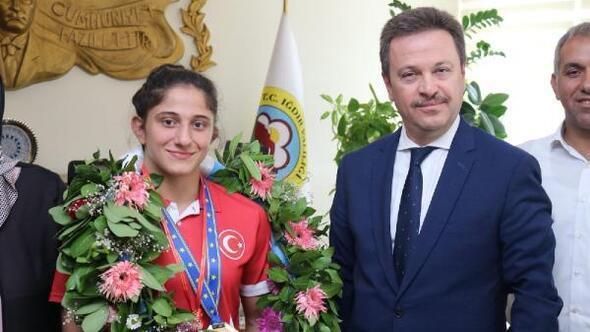Vali Ünlü Avrupa ŞampiyonuÖzlem Yıldızı ödüllendirdi