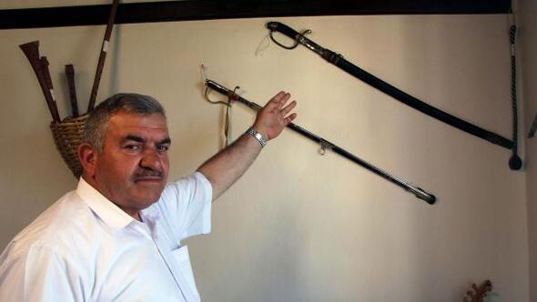 Rus askerin kılıcı, cezalı ibaresi ile sergileniyor