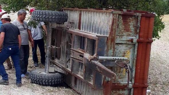 Devrilen traktörünün altında kalıp öldü