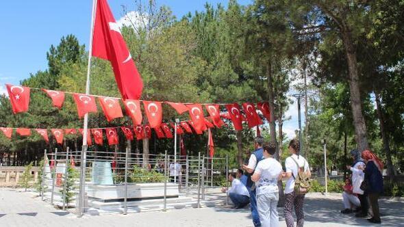 Ömer Halisdemirin mezarı, ziyaretçi akınına uğruyor