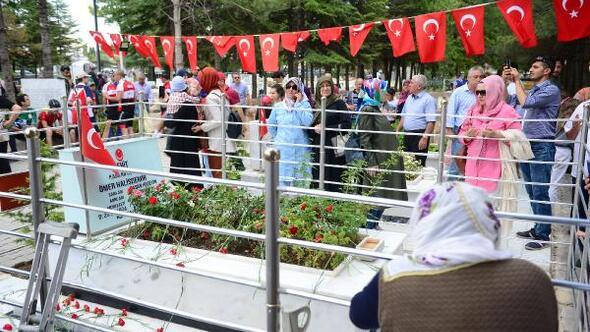 Ömer Halisdemirin mezarına ziyaretçi akını