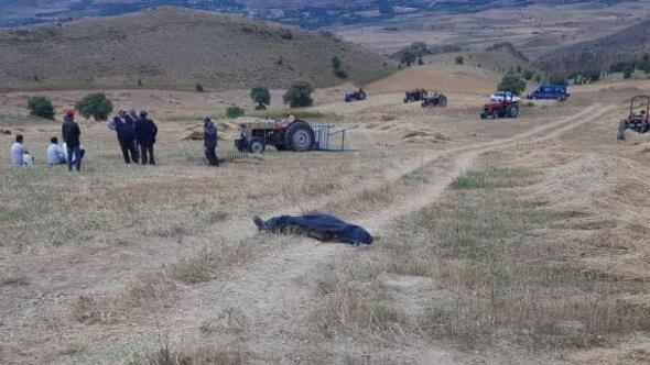 Traktörünün altında kalan sürücü öldü, oğlu yaralı