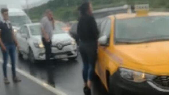 Tartıştığı sevgilisini asılı bulunduğu aracıyla sürükleyen taksici gözaltına alındı