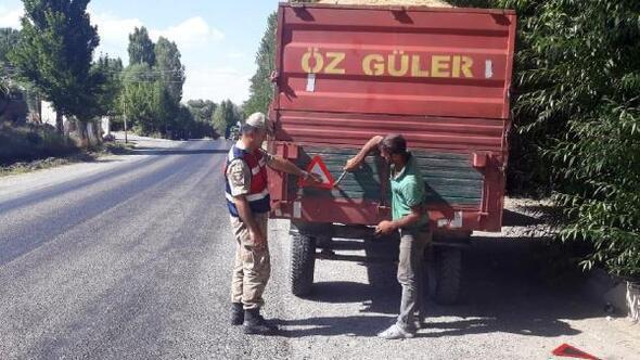 Kazaları önlemek için traktör römorklarına reflektör taktılar