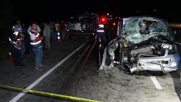 Minibüs, traktörün römorkuna çarptı: 1 ölü, 6 yaralı