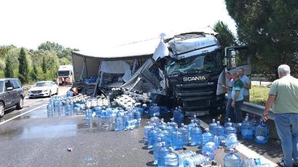 Kazada TIRdaki damacanalar yola savruldu