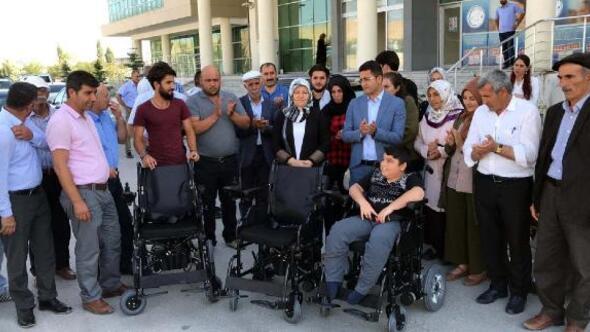 Ercişte 3 engelliye akülü araç dağıtıldı
