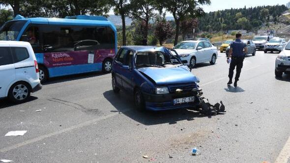 Ataşehirde otomobil minibüse çarptı; 1 yaralı