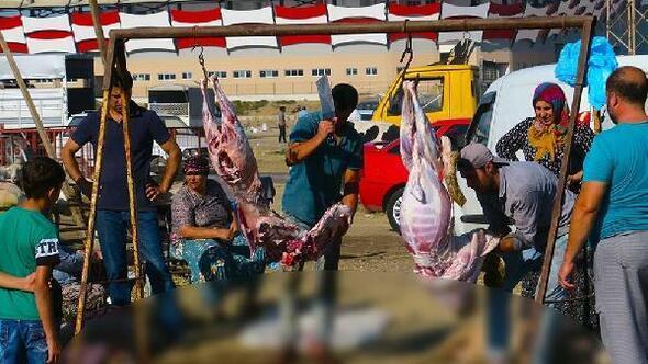 Kurban pazarında bayram namazı sonrası hareketlilik