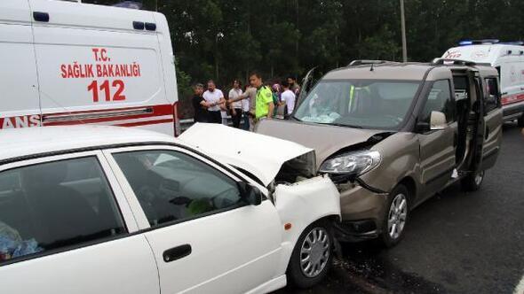 Düzcede şerit ihlali kazaya yol açtı: 8 yaralı