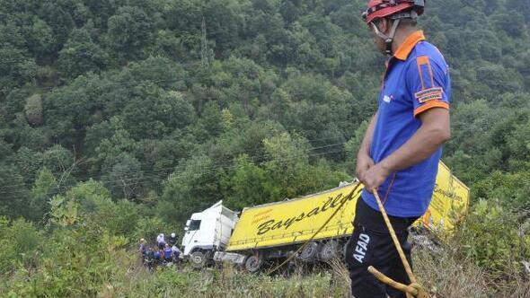 TIR uçurumdan yuvarlandı, sürücüyü ekipler kurtardı