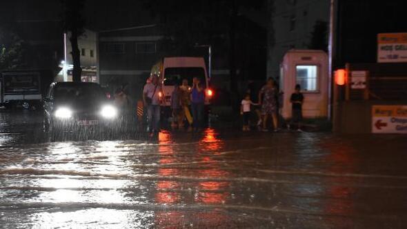 Edirnede yağmur etkili oldu, yollar göle döndü