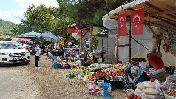 Keles köylüleri ürünlerini yol kenarında açtıkları tezgahlarda satıyor