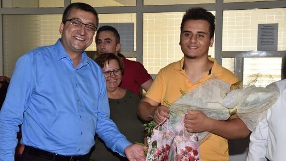 Başkan Öz, kayıt için gelen öğrencileri karşıladı