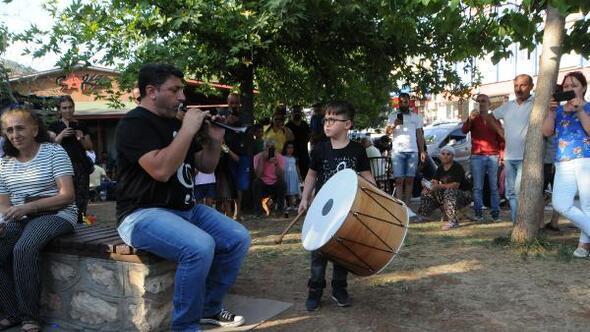 Tuncelide baba-oğlun davul- zurna gösterisi