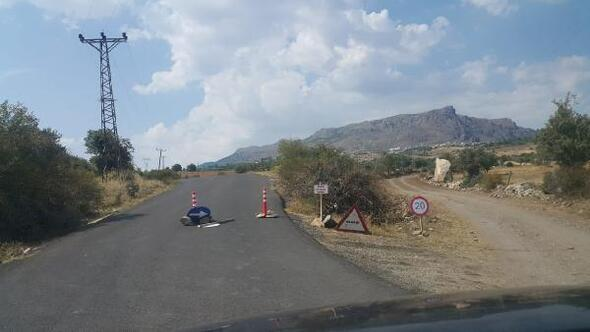 Kayalarla ulaşıma kapattığı köy yoluna satılıktır tabelası astı