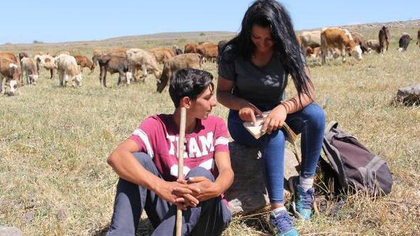 Hentbolcu kardeşler köylerinde çobanlık yapıyor
