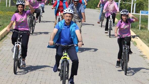 Cumhurbaşkanı Yardımcısı Oktay, Kırşehirde gençlik kampını ziyaret etti