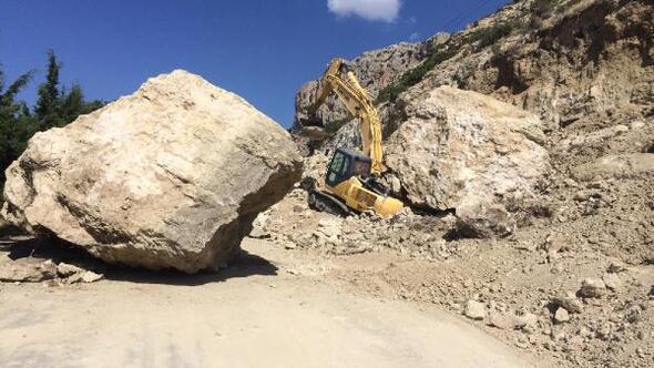 İş makinesinin üzerine 20 tonluk kaya düştü, operatör kaçarak kurtuldu