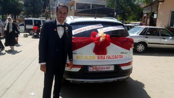Galatasaraylı damat, gelin arabasına Kızı aldık sıra Falcaoda yazdı