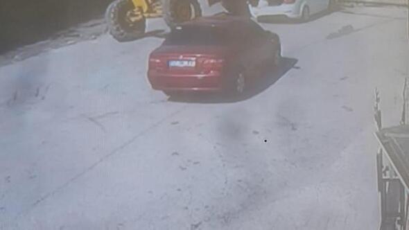 Freni boşalan greyderin park halindeki otomobili ezme anı kamerada