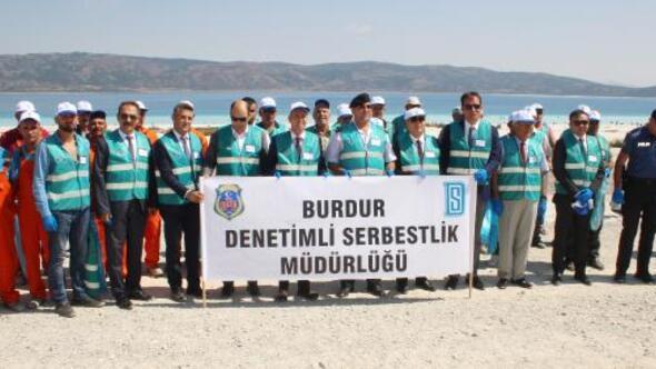 Salda Gölü çevresinde hükümlülerden temizlik