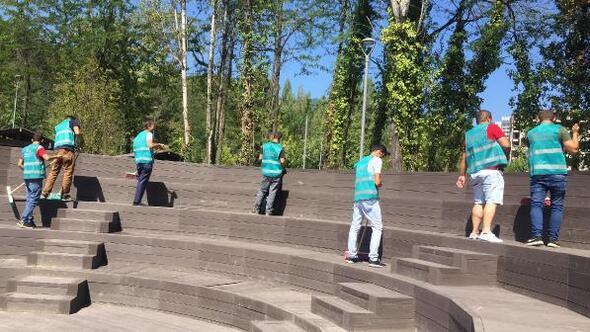 Karabük'te denetimli serbestlik yükümlüleri, parkı temizledi