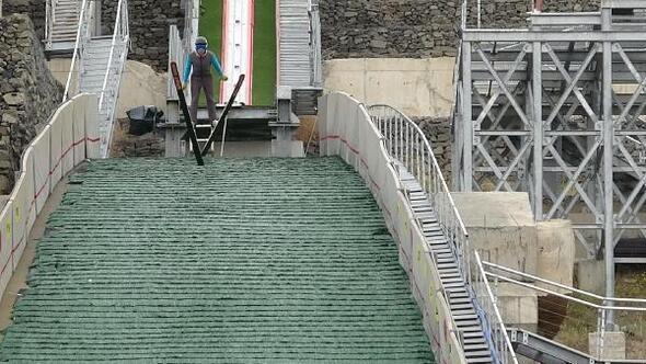 Erzurumlu çocukların kayakla atlamaya ilgisi arttı