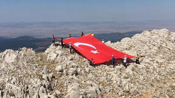 Zirveye 60 metrekarelik Türk bayrağı asıp, 30 Ağustosu kutladılar