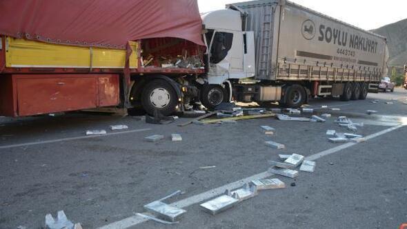 Sivasta 2 TIR çarpıştı, sürücüler yaralandı