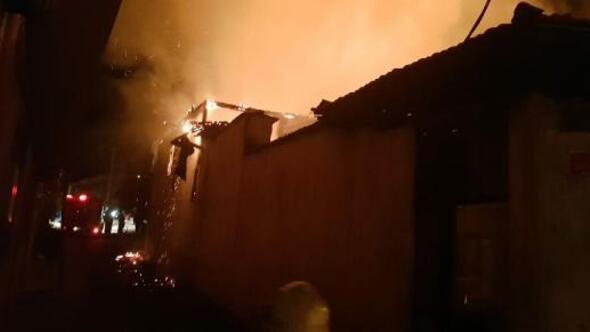 Kırkağaçta 3 ev yandı; 1 yaralı