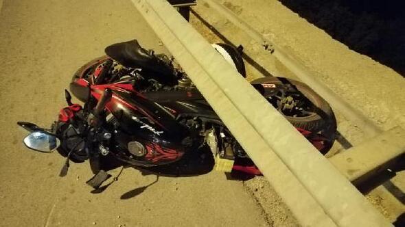 Motosiklet bariyere çarptı: Sürücü yaralandı, kasksız arkadaşı öldü