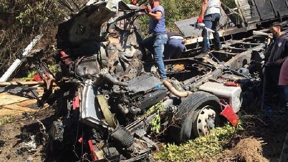 Kastamonuda uçuruma yuvarlanan kamyon alev aldı: 3 ölü