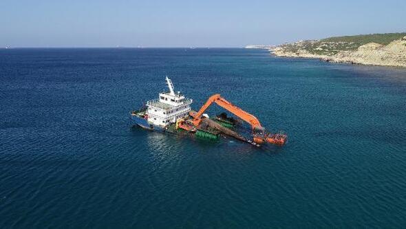 Bozcaadada yarı batık şekilde karaya oturan gemi için çalışmalar başladı