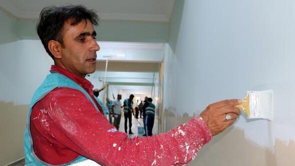 Vanda yükümlüler, okulları boyayarak eğitime hazırlıyor