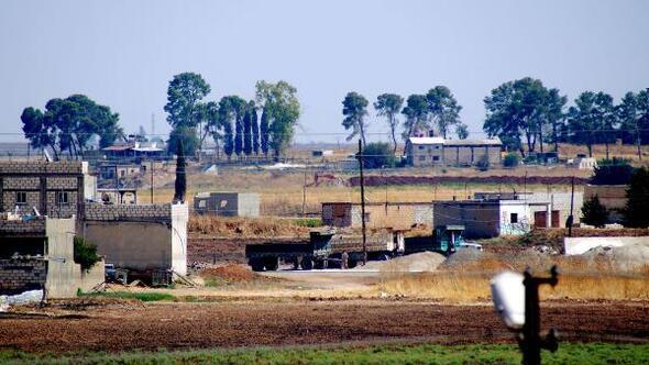 PKK/YPG'li teröristler, sınırda hendek ve tünel kazıyor