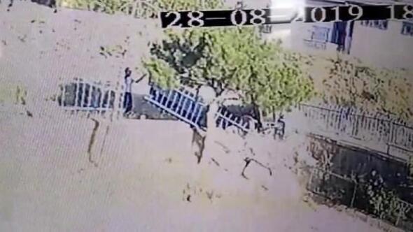 Traktör, duvarı yıkıp okulun bahçesine daldı