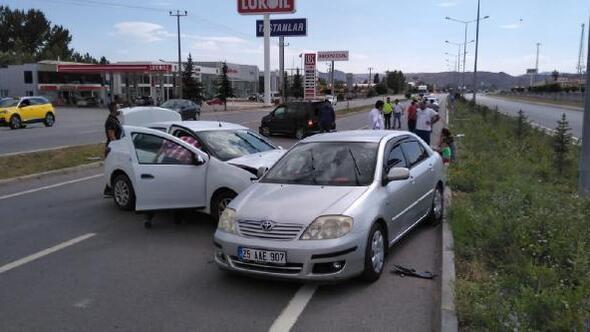 3 otomobilin karıştığı kaza güvenlik kamerasında