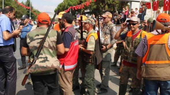 Balıkesirin kurtuluş günü kutlamasında ateş açan avcılara idari işlem